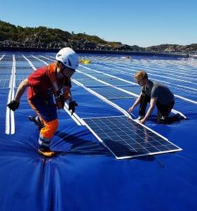montando paneles de fotovoltaica flotante